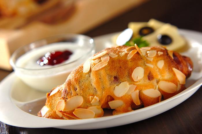 クロワッサンにアーモンドパウダーが入った甘いクロワッサンです。アーモンドパウダーの程よい甘さが心地よいクロワッサンです。こちらもフランス人におなじみのパンです。