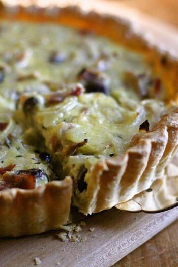 フランス人の定番レシピ、キッシュ。そのキッシュ代表が、キッシュ・ロレーヌで、卵、ベーコン、玉ねぎ、チーズという基本の具が入っています。パイ生地さえあれば、とっても簡単にできるので、週末のブランチに試してみてくださいね。