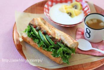 シンプルな味のバゲットは、サンドウィッチの具が自由自在。こちらはアンチョビとアボガドのちょっと大人なレシピです。