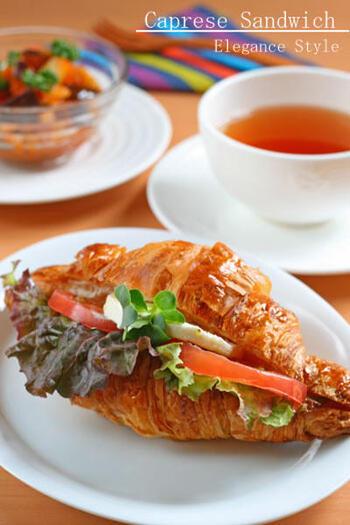 パンをバゲットからクロワッサンに帰るとよりリッチな味わいのサンドウィッチになります。パンがすでに濃厚なので、具は極力シンプルに。
