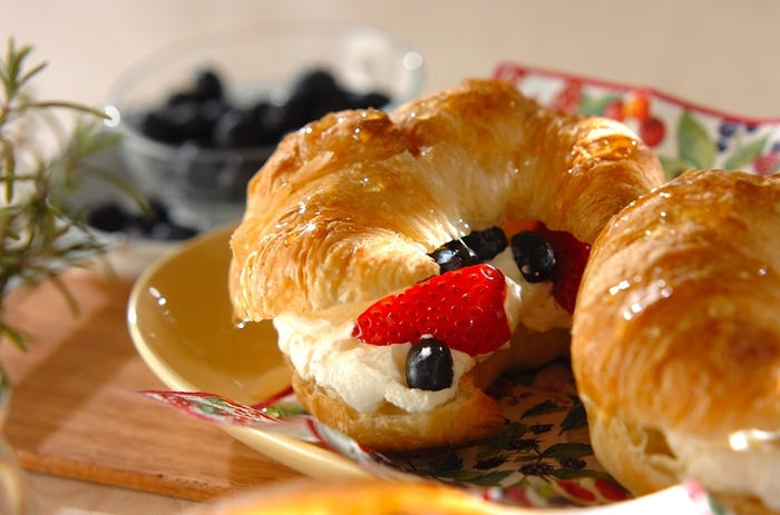 これならパリっ子も好きそうですね。クロワッサンにクリームとフルーツを挟んだ、フルーツサンド。朝食というよりも、デザートにもなりそうな一品です。