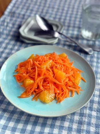 千切りスライサーで千切りにしたにんじんを使った料理といえば、まずはキャロットラぺが代表的。オレンジを加えて、フルーティに仕上げるのもいいですね。