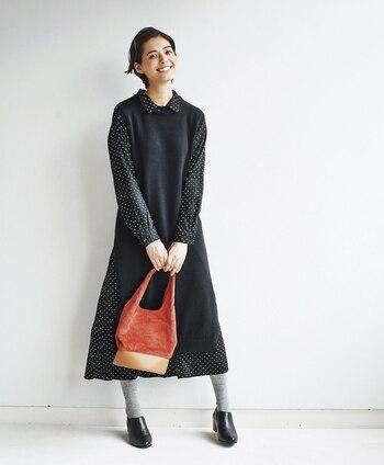 フレンチな香り漂うドットのシャツワンピは、グレーのタイツや赤いバッグを合わせてパリジェンヌ風に。一枚でももちろん様になりますが、ノースリーブのワンピースやロングニットを重ねるとさらにおしゃれ度もこなれ度も上がります。