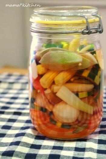 小さな野菜を詰め合わせたセットを使えば、切らずにそのまま漬けてピクルスが簡単に作れます。残暑が厳しい時期の箸休めにもぴったり。