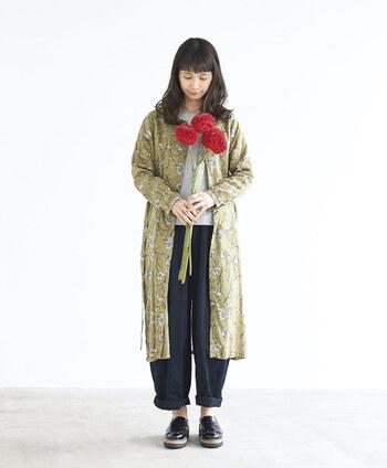 ストンとした形のお花のワンピースは、ガーリーアイテムよりもメンズライクな太めのパンツなどと合わせると◎。ワンピの新しい魅力を引き出してくれるコーディネートです。