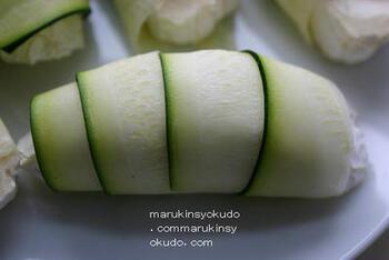 ズッキーニは、こんな巻き方もあります。カマンベールチーズをぐるりと巻いて、グリルかトースターで焼きます。