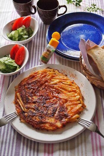 千切りスライサーで、少し太めの千切りにしたポテトにチーズを加えて焼いたピザ風。フライパンで押し焼きし、両面こんがりと仕上げます。
