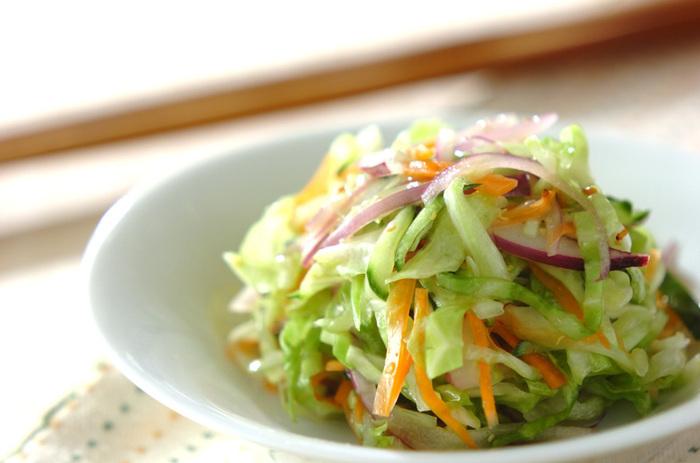 千切り野菜は、食べやすいのもメリット。さまざまな野菜を千切りスライサーにかけ、色よくまとめましょう。紫玉ねぎや紫キャベツを入れると、鮮やかながらも上品な雰囲気が加わります。