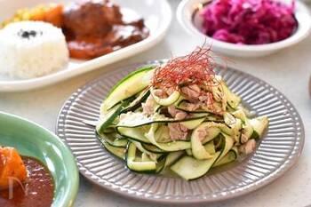 ズッキーニを縦にスライスし、ツナと合わせてコクをプラス。鶏ガラスープの素やごま油も足して、簡単なナムルにします。ラー油などをふるのもおすすめです。