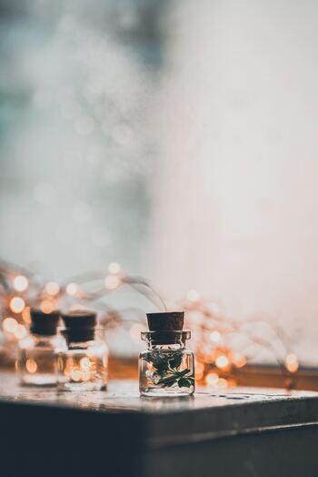 リラックス効果をより高めるために、アロマやキャンドルなどの香りアイテムをプラスするのも良いですね。読書以外でも、毎日の暮らしで使うことができますよ。