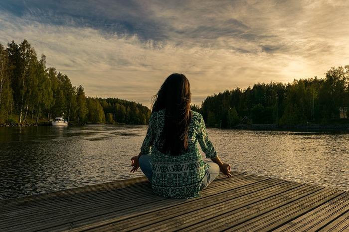 ヨガと聞くと、ダイエットなどの美容効果をイメージする人が多いかもしれませんが、元は瞑想が基本。瞑想をしっかりおこなうことで、ストレスの原因である雑念や感情がリセットされるため、ストレスが軽減し、製紙何艇につながるのです。加えて自律神経のバランスが整うため、疲労回復や集中力向上も期待できます。