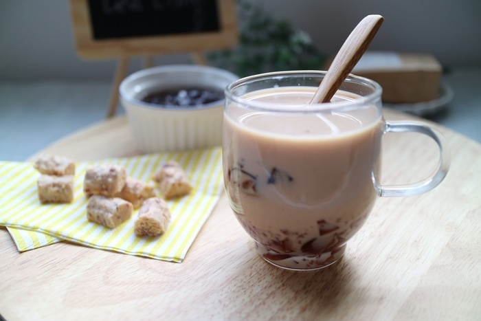 プルプルの紅茶ゼリーを入れたミルクティーは、ミルクティーだけで飲むよりもさっぱり飲めてデザート感覚で楽しめるおうちカフェドリンクです。ゼリーの食感も楽しめて満足感もありますね。