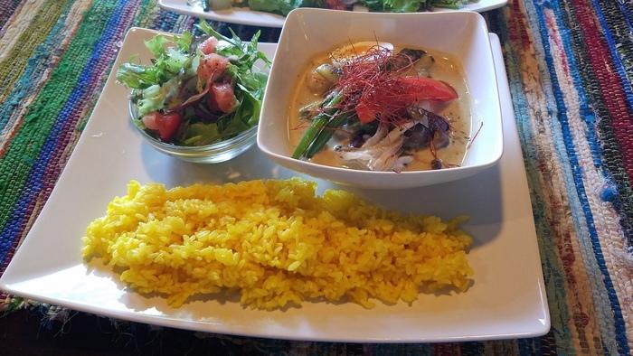 ランチは日替わりメニューが人気。グリーンカレーは唐辛子の辛さとココナッツミルクの甘みがベストマッチ。辛さは控えめで食べやすいのが嬉しいですね。野菜たっぷりで栄養バランスも見た目もgood!日替わりメニューは他にもロコモコや、マッシュルームストロガノフなど国際色豊かです。