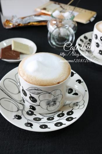 特別な道具や材料は使わず、泡立て器でおうちで簡単に作れるカフェの様なふわふわミルクのカフェラテ。口当たりもやわらかく、ほっこりした気持ちになれます。