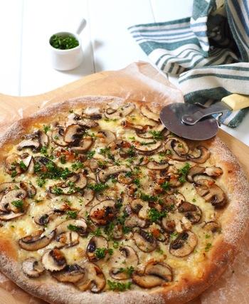 作業時間たったの5分で出来る超簡単ピザに、マッシュルームをたっぷりとのせて。急な来客時やパーティーにもぴったりです。