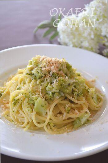 柔らかく崩したブロッコリーとアンチョビの塩気が美味しいオイルパスタ。カリカリのチーズパン粉をたっぷりかけて召し上がれ。