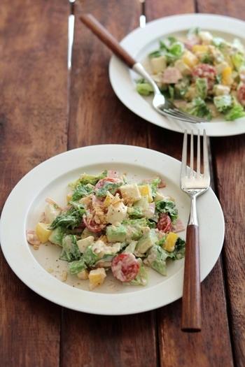 食材を細かく刻んだチョップドサラダを、コブサラダ風にアレンジ。アボカドやパプリカ、モッツァレラチーズなどを小さな角切りにし、マヨネーズベースのドレッシングを和えるだけ♪ カラフルな野菜がテーブルを彩ります。