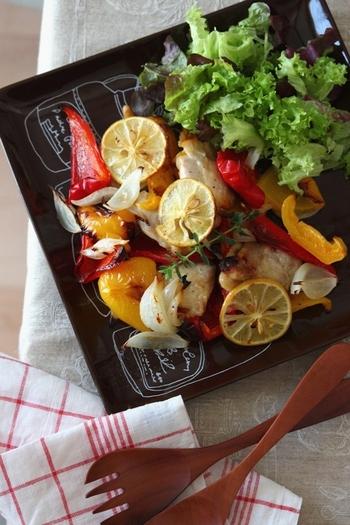 ニンニクとレモンで下味をつけたチキンと、オリーブオイルで和えたカラフルなパプリカをオーブンで焼いたもの。味付けも工程もとっても簡単なのに、見栄えも食べごたえも◎。ふだんのレパートリーにも取り入れてみて。