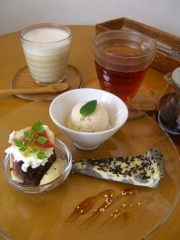 台湾のお茶屋さんから仕入れているお茶や、手作りのスイーツも一緒にいかがですか?