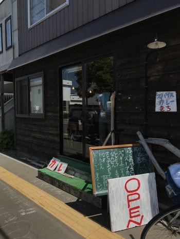 シックな木目調の外観と、鮮やかな看板が目印のお店です。北海道といったらスープカレーが有名ですよね。また、普段食べる機会が少ないスリランカカレーも味わえます。