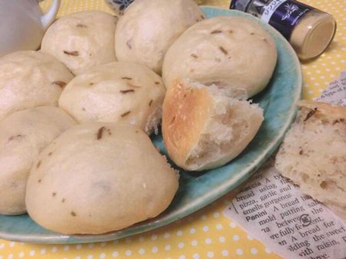 ほのかなジンジャーの香りがたまらない白パン。塩昆布のうま味と塩気が和風のテイストで、朝食にぴったりです。