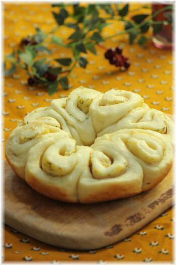 発酵させない、もちもちっとした食感の炊飯器パン。お花のような形がかわいらしく、見た目にも楽しいパンです。