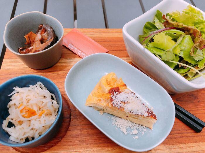 ランチの人気は、週替わりの「今日の、時々プレート」。本日の一品は3種類からセレクト可能で、サラダとデリが3品がついてとってもお得です。