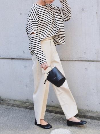 クリーンな白ベースのコーデには、黒のバレエシューズとバッグを合わせてパリジェンヌ風のコーデに。締め色を投入すれば爽やかカラーコーデも秋らしく垢抜けます!