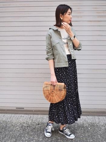 Tシャツ+ロングスカートの今年顔なコーデにカーキの羽織りをプラスしただけ。それだけなのに新鮮な秋の顏に。