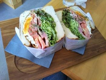 他にも、断面が美しいボリューム満点のサンドイッチやパスタ、カレーなどもありますよ。