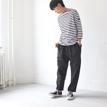 オールシーズン使える、うれしいアイテム。「ホワイトパンツ」と「ブラックパンツ」の着こなしをおさらい