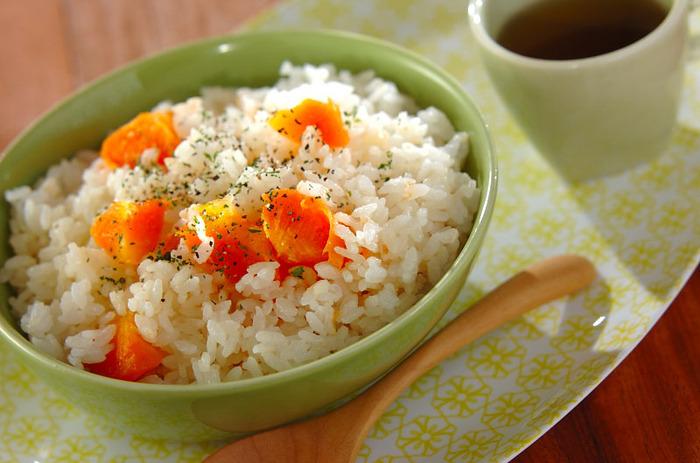 ニンジンは油を使って調理すると、栄養を吸収しやすくなる素材です。ニンジンが苦手な子どもでも、甘みのある優しいお味にぱくぱく食べてくれそうです。