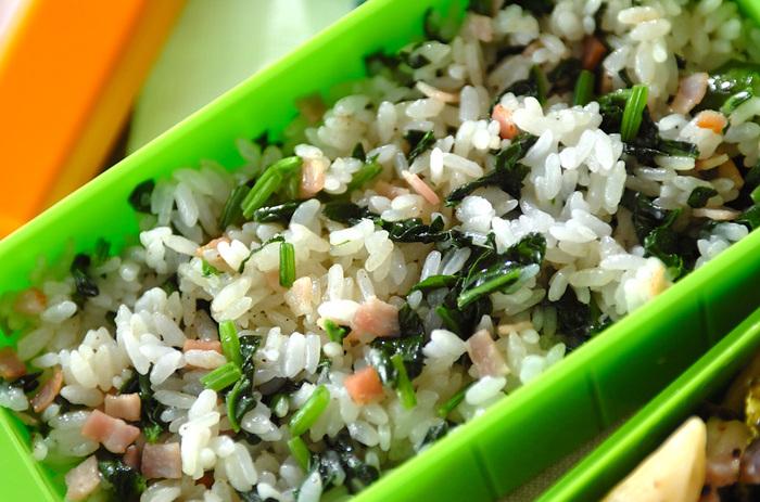 ピンクのベーコンとグリーンのほうれん草がたっぷりと入った彩りの美しいバターライスです。ベーコンの塩味を確認してから、仕上げの塩コショウをするようにすると、味が濃くなりすぎません。