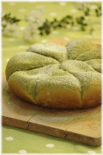 お口にいれたら抹茶の香ばしさとほのかな苦みが広がる、上品な大人のためのパン。優しげな印象の淡いグリーン色にも心惹かれますね。