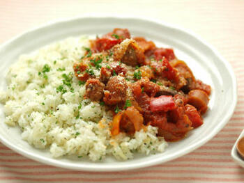 砂肝とウィンナー、パプリカに玉ねぎと具沢山のトマト煮にバターライスを合わせています。バターライスには細かめに刻んだ玉ねぎもプラスすると風味よく仕上がります。