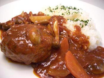 煮込みハンバーグもバターライスがよく合うお料理のひとつです。デミソースをバターライスに絡めながらいただくと美味しいですよね。