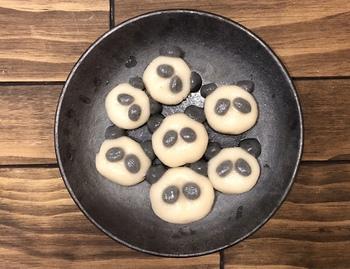 パンダが茹で上がり、2~3分氷を入れた水に入れて冷やしましょう。お皿に並べて完成です!お好みでデコレーションを加えるともっとかわいくなりますよ♪
