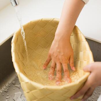 汚れたらジャブジャブ洗えるので、水周りでも屋外でも気兼ねなく使えます。バスケットの使い道がぐっと広がりそうですね。