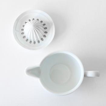 気になるお手入れも、食器用洗剤とスポンジで洗うだけと、とっても簡単!山のギザギザ部分に搾りカスが溜まるので、その部分を重点的にチェックしましょう。 果汁を受けるジューサー部分は口が広いので、スポンジもスムーズに入りやすく、お手入れのしやすさは抜群です。  電子レンジでの使用も可能なので、搾ったレモン果汁をそのまま電子レンジで温めて、ホットレモネードを楽しむなんて使い方も!