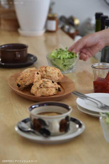アラビアのヴィンテージ食器、カップ&ソーサーとスコーンで朝ごはん。北欧レトロな器が食卓にあると、お家の食卓がたちまちカフェっぽい雰囲気に。