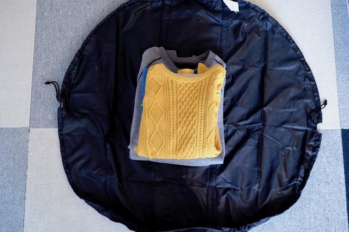 丸い形のバッグの中央に荷物を置き、両サイドの紐を縛るとバッグになるユニークな商品です。ポケッタブル仕様のバッグなので、普段使いはもちろんのこと、旅行やアウトドアなど幅広いシーンで活躍してくれます。