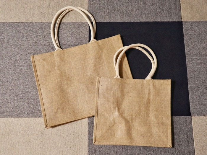 こちらは天然素材のナチュラルな風合いがおしゃれなジュートバッグです。持ち手部分は布でできており、とてもしっかりしたつくりです。