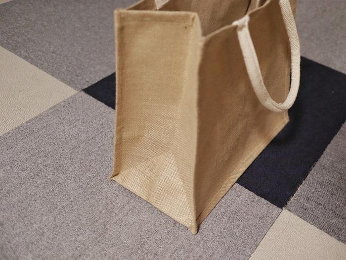 マチが広いというのも嬉しいポイントです。B5・A4・A3の3サイズ展開されていますので、お買い物の量や目的に合わせてお好みの大きさを選ぶことができます。シンプルでお洒落なジュートバッグは、ギフト用のバッグにもおすすめです。