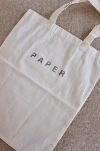 シンプルで機能的な無印良品のエコバッグも大人気です。こちらはコンパクトに畳めて、携帯にも便利な布製のエコバッグです。お店で購入すると、こんな風に好きな文字をスタンプできるんですよ◎。