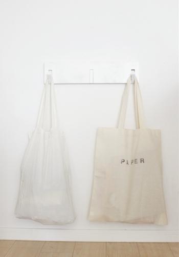 エコバッグやサブバッグとしてはもちろんのこと、収納としてフックにかけてお部屋に飾るのも素敵です。シンプルなデザインなので、アイディア次第で様々な使い方が楽しめます。