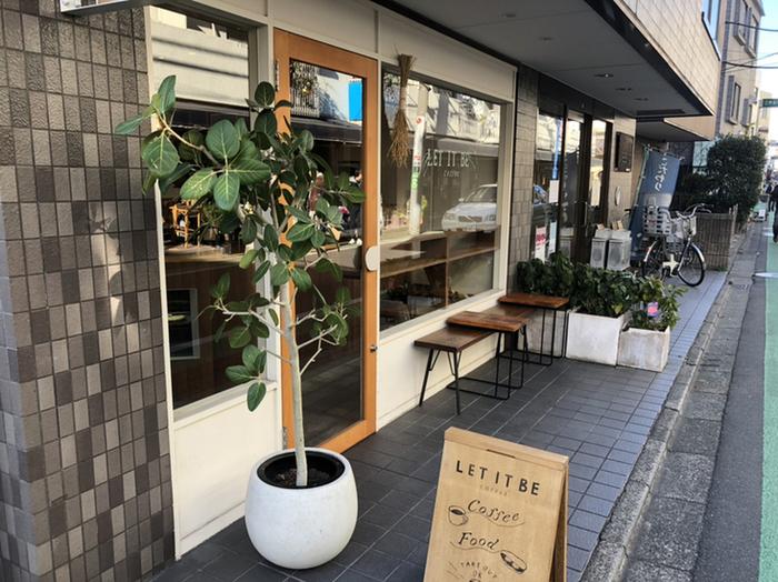 二子玉川駅から徒歩約5分ほどのところにある「レット イット ビー コーヒー」。コーヒー豆の香りに誘われてつい入りたくなるカフェで、地元の方にも人気の常連さんの多いカフェです。