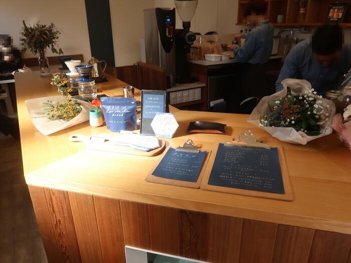 こちらのカフェはなんと、スタバやブルーボトルコーヒーで経験を積んだ方が、ご夫婦で経営をしているカフェです。お店の奥にはイートインスペースも設けられており、有名オーナーの入れた美味しいコーヒーが頂けます。