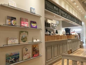 白を基調とした店内は、お子様連れの方もご利用できるカジュアルな空間が広がります。子ども用の絵本などが置いてあるのもお店側の気配りが感じられますね。