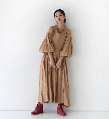レイヤードしやすく、色んな着こなし方ができるジャンパースカートやエプロンワンピース。どこかノスタルジックな雰囲気もあって、大人の女性が着るととても可愛らしいのです。ナチュラルな着こなしがお好きな方には、ベージュやブラウンがおすすめです。