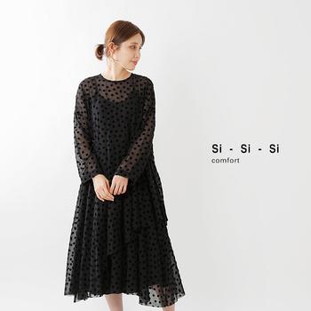 初秋のオケージョンスタイルで気をつけたいのは、重さの加減。露出しすぎたり軽くしすぎたりするのも品がよくないし、かといって重めの素材も暑苦しく見えてしまいます。ドッド柄の軽やかさが印象的なこちらのドレスは、モードでありながらナチュラルな優しさも感じさせるデザインが魅力的です。